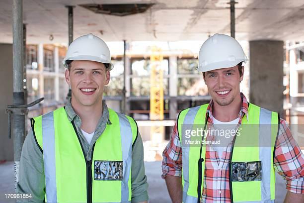 Trabajador de la construcción en sitio de construcción de pie