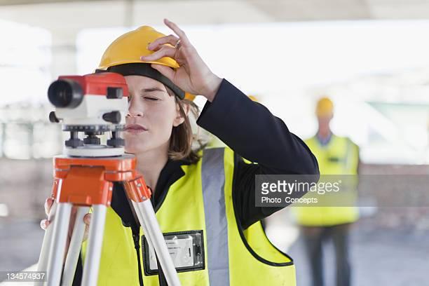 trabalhador de construção usando equipamentos - inspetora - fotografias e filmes do acervo