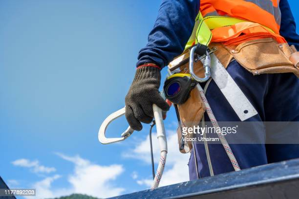 construction worker wearing safety harness and safety line - alto descripción física fotografías e imágenes de stock