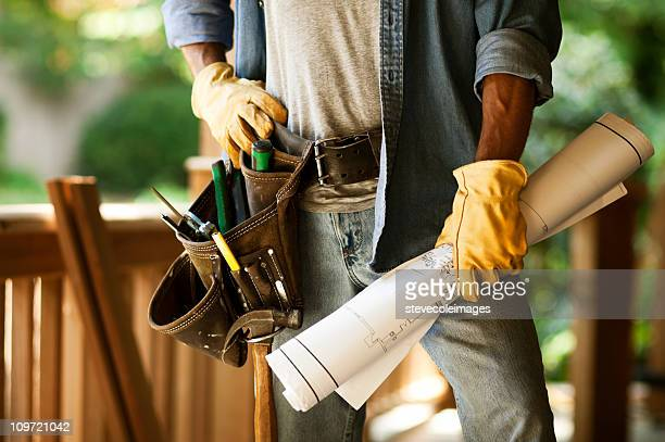 operaio edile con cianografie e cintura per gli attrezzi - maniche arrotolate foto e immagini stock