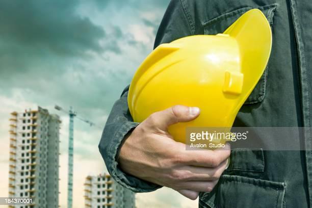 Trabajador de la construcción con casco