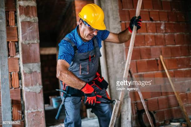 Bauarbeiter arbeiten mit einer Zange