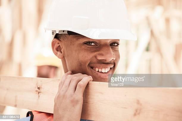 Travailleurs de la Construction au travail chargée place. Encadré bâtiment. Bois d'oeuvre.