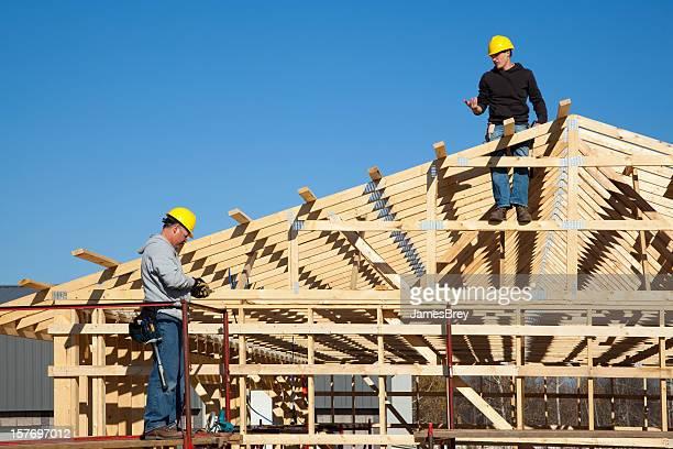 operai edili framing nuovo edificio - intelaiatura foto e immagini stock
