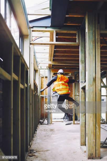 werknemers in de bouw in australische in bouwplaats werken en doen taken. - friday stockfoto's en -beelden