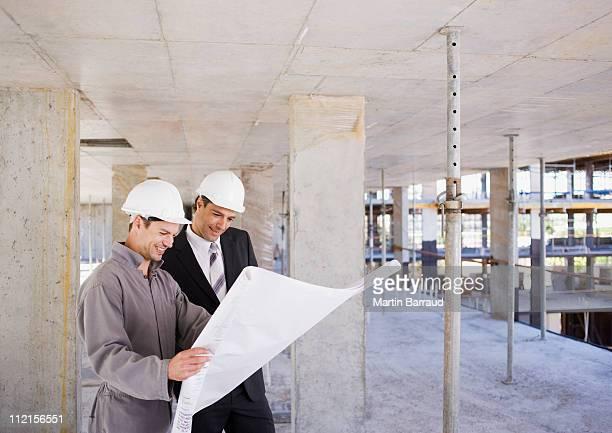 Bau Arbeiter Blick in die Werkzeuge auf Baustelle