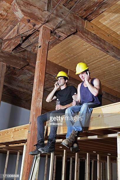 Bau Arbeiter auf Pause Gespräch mit Mobiltelefone