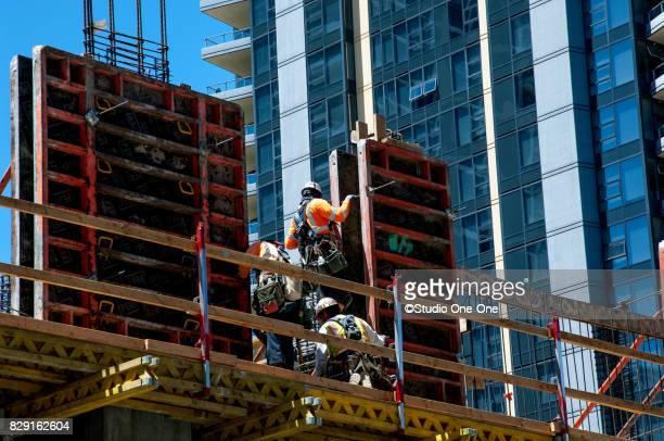 construction workers - erektion stock-fotos und bilder