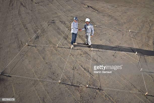 Bau Arbeiter beim Händeschütteln auf new construction site