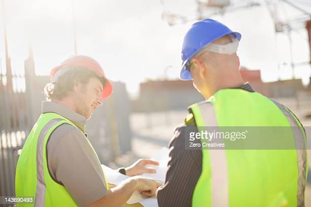 Trabajadores de la construcción hablando en el hotel