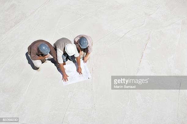 Bau Arbeiter betrachten Werkzeuge auf Baustelle
