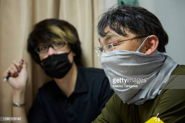 construction workers wearing a protective face mask because covid-19 - makiko tanigawa ストックフォトと画像
