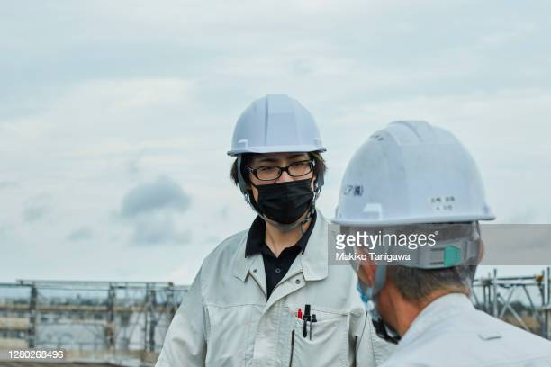 construction workers wearing a protective face mask because covid-19 - オーバーオール ストックフォトと画像
