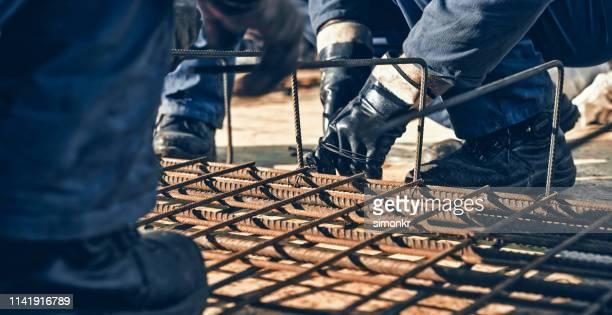 trabalhadores da construção que trabalham no telhado - vara - fotografias e filmes do acervo