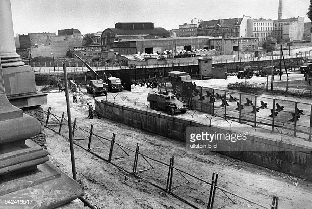 Construction works on border installations at the Berlin Wall behind the Reichstag