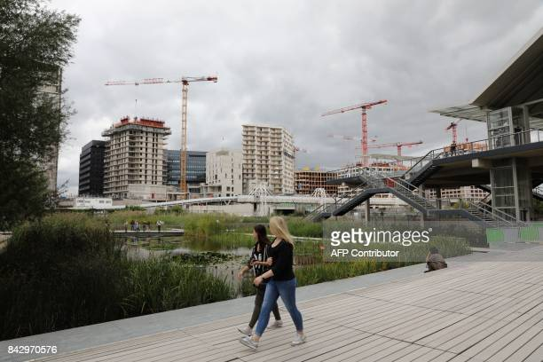 Constructions sites are seen behing the Martin LutherKing garden in the Batignolles area on September 5 2017 in Paris / AFP PHOTO / LUDOVIC MARIN