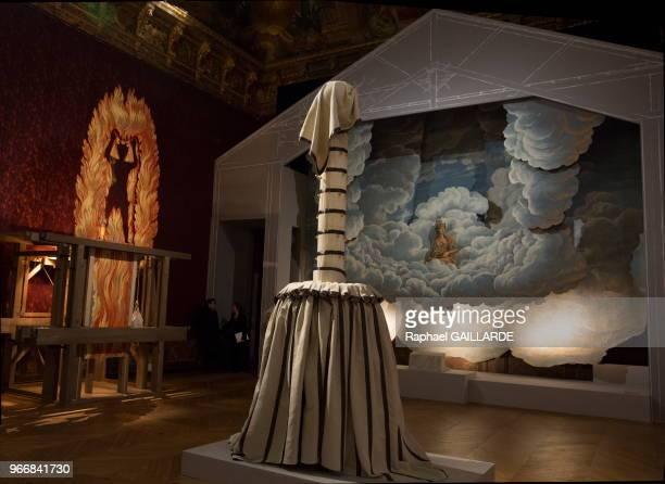 Construite pour l'exposition d'aprés un modèle de l'époque, cette 'Gloire' est un décor de nuages portant Minerve avec une nacelle lors de...