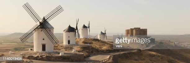 consuegra windmills, españa - españa fotografías e imágenes de stock