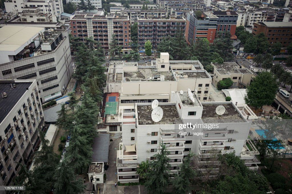 China Revokes The License Of The US Consulate General In Chengdu : ニュース写真