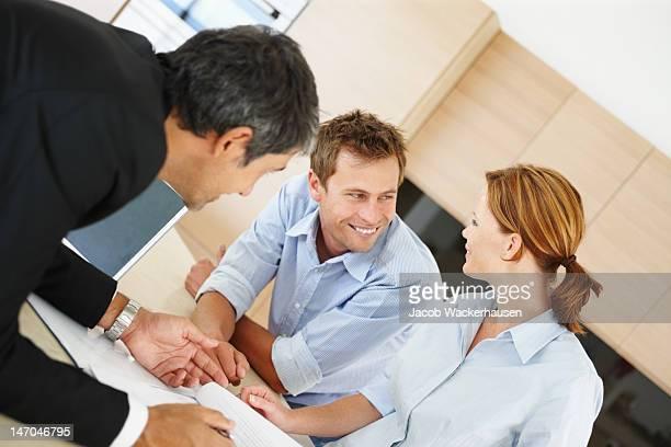 Berater mit einem jungen Paar diskutieren