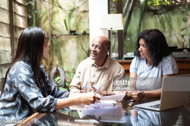 consultor, dando conselhos para a família em casa - advogado - fotografias e filmes do acervo