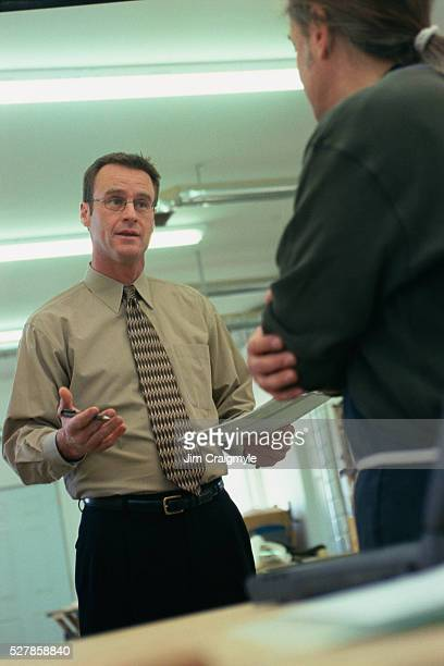 consultant talking with entrepreneur - jim craigmyle stock pictures, royalty-free photos & images