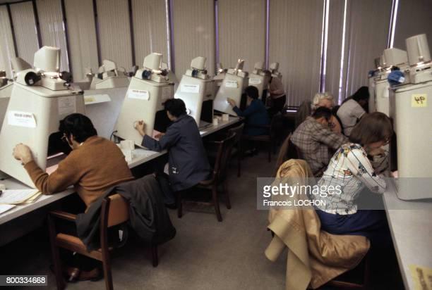 Consultation des microfilms à la bibliothèque généalogique des Mormons en 1981 à Salt Lake City aux ÉtatsUnis