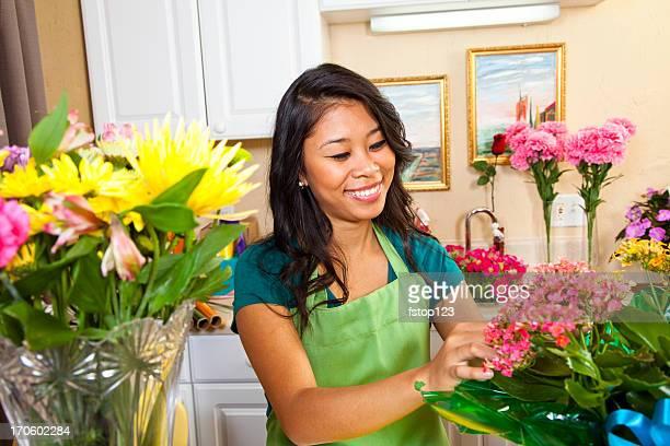 消費主義:若いアジアの花屋フラワーショップでショッピングしています。