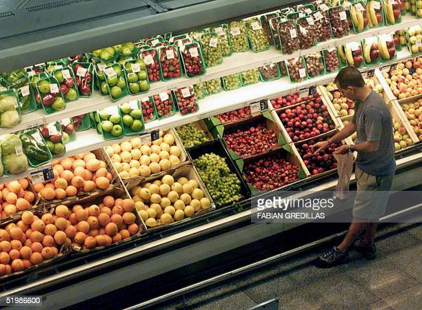 Consumers shop for fresh fruit at a Buenos Aires supermarket 07 January 2002 after the national currency the Argentine peso was devalued by 29...
