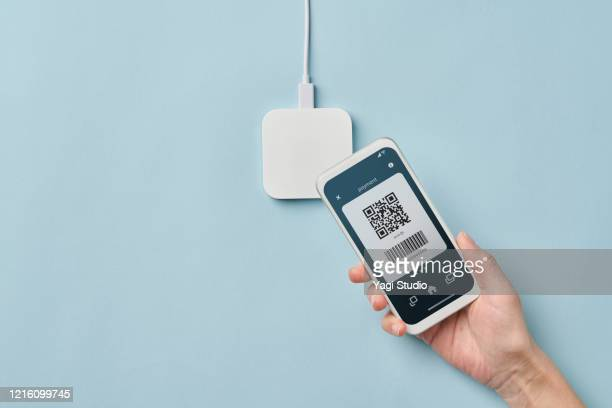 contact less payment with credit card - contactless payment stock pictures, royalty-free photos & images