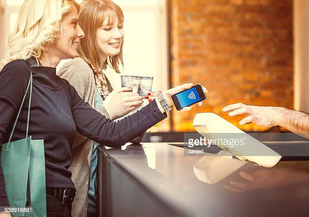 Contactless payment in die Kaffee-bar