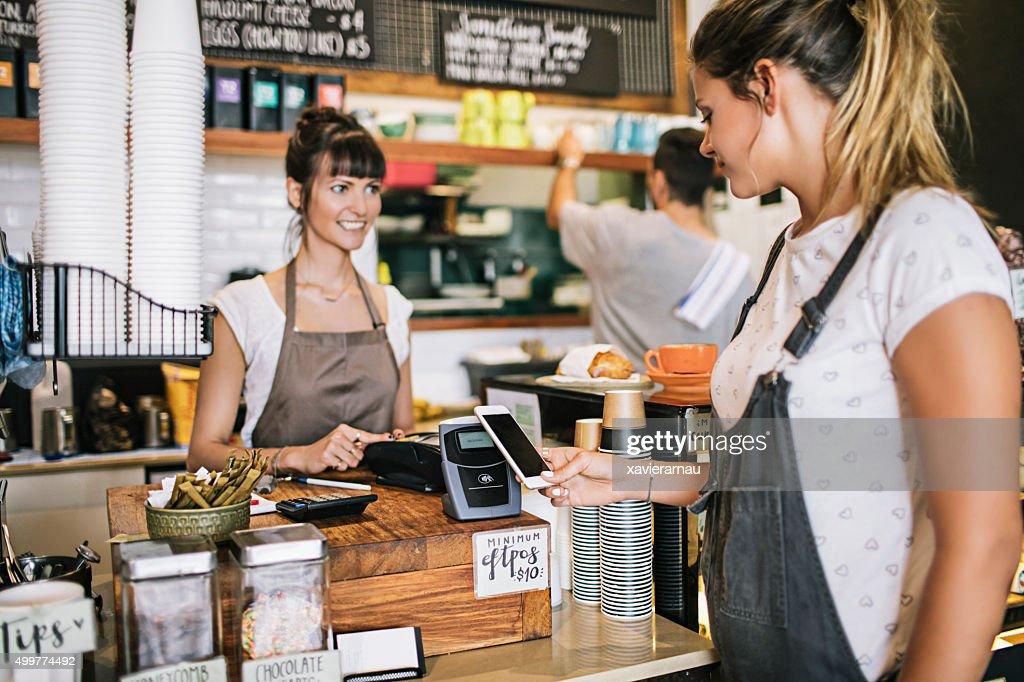 Pagamento senza contatto nella caffetteria : Foto stock