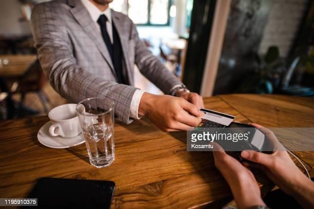kontaktloses bezahlen - geschäftskleidung stock-fotos und bilder
