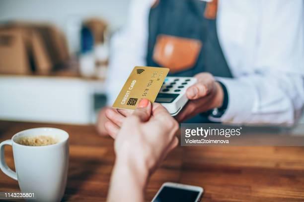 クレジットカードを使用した非接触支払い - 接近する ストックフォトと画像