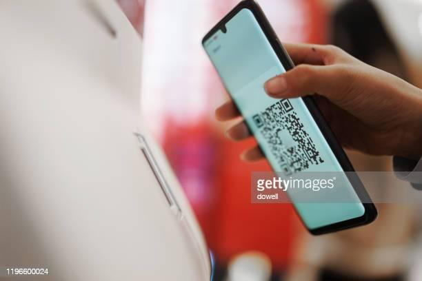 contactless payment with qr code - strichkodeleser stock-fotos und bilder