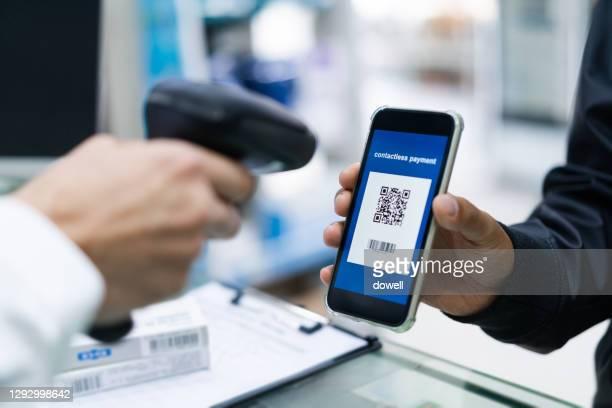 contactless payment with qr code - strichkode stock-fotos und bilder