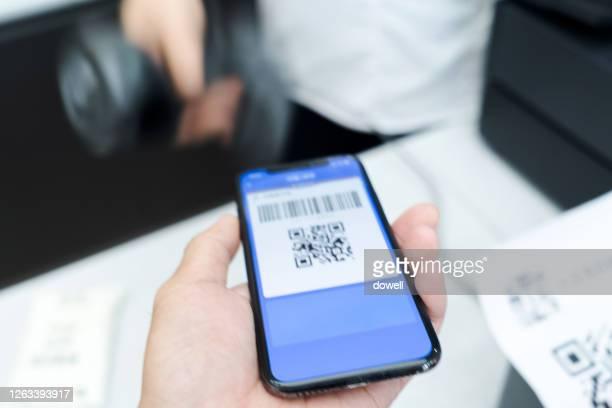 contactless payment with smart phone - strichkodeleser stock-fotos und bilder