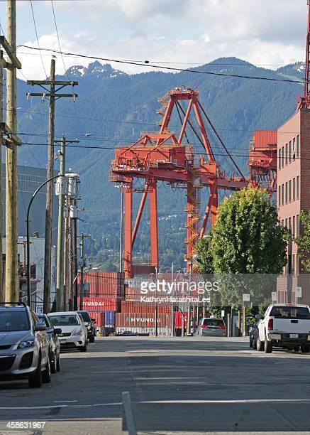contentor de carga e pórtico guindaste no porto de metro vancouver, canadá - montanhas north shore imagens e fotografias de stock