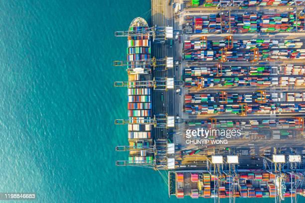 container cargo frachtschiff terminal in hong kong - hafen stock-fotos und bilder