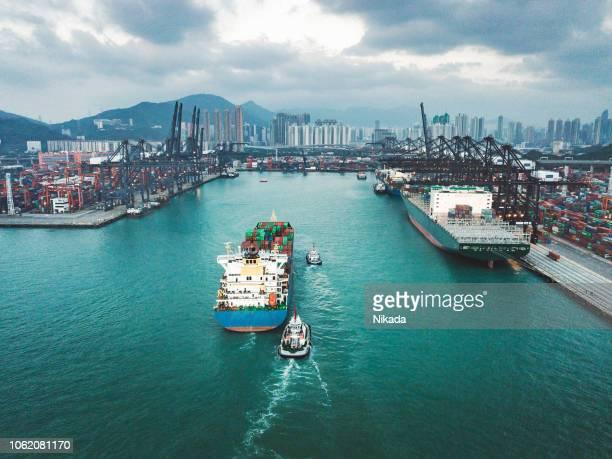 containerschip lading vracht terminal in hongkong, china - watervaartuig stockfoto's en -beelden