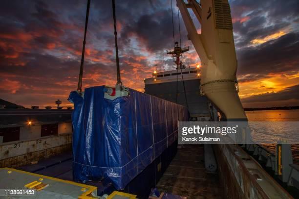 container cargo freight ship with working crane bridge - provincia di songkhla foto e immagini stock