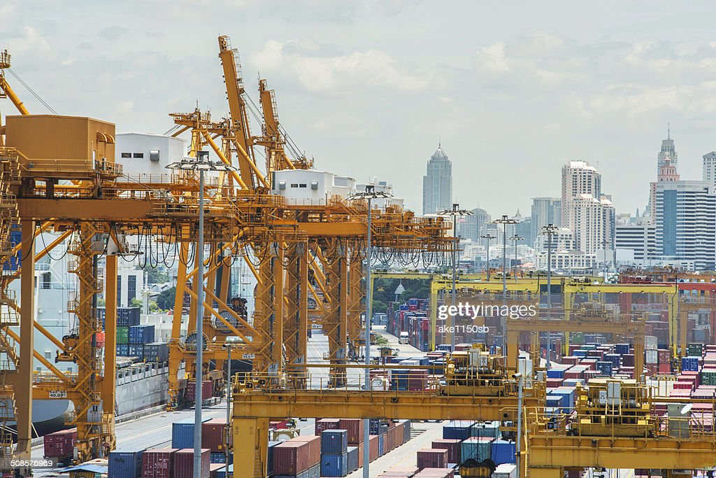 Container Cargo in dock for import export : Stockfoto