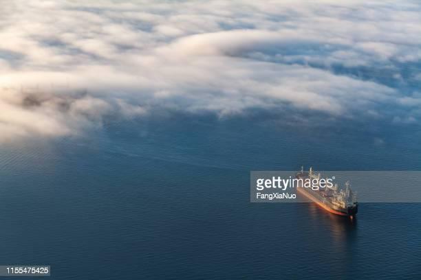 containerfrachtschiff in vancouvers english bay - schiff stock-fotos und bilder