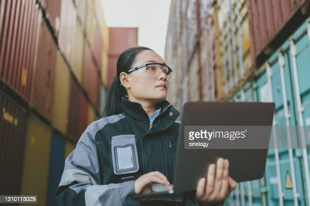 container dockers are using laptops to register cargo - harbour stock pictures, royalty-free photos & images