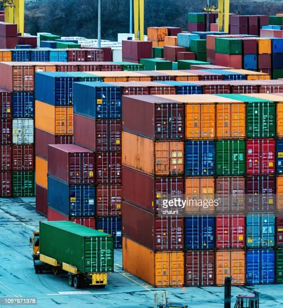 muelle de contenedores - recipiente fotografías e imágenes de stock