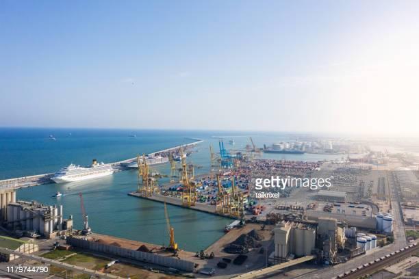 puerto de contenedores en el puerto de barcelona, españa - dársena fotografías e imágenes de stock