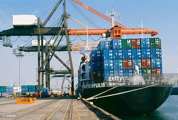 container ship and cranes at a dock, los angeles, usa - américa central fotografías e imágenes de stock