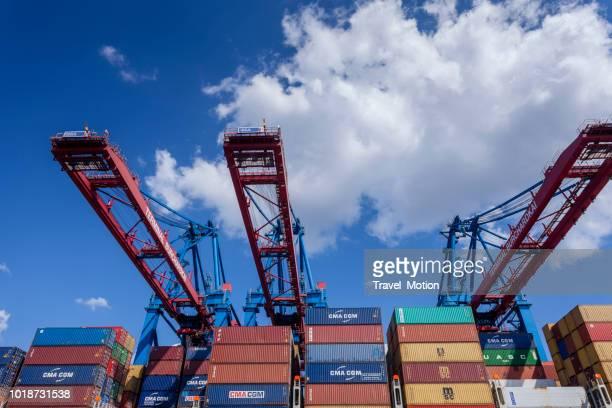 Containerschip en kranen in de haven van Hamburg, Duitsland
