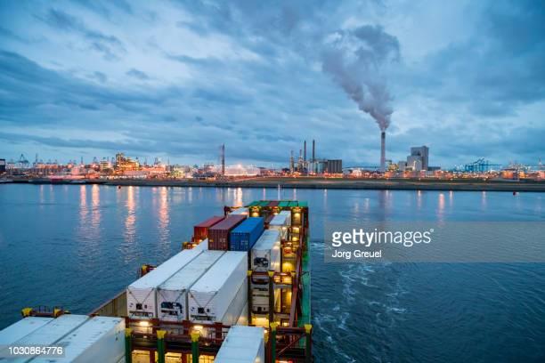 container ship and petrochemical plant (dusk) - rotterdam photos et images de collection