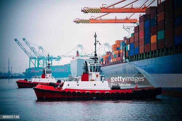 container ship and tugboats in harbor, tacoma, washington, usa - tugboat stock photos and pictures